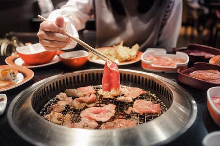 バーベキュー グリル上で生の牛肉と豚肉をスライスまたは和風焼肉