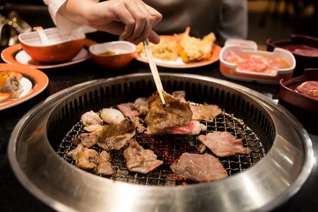 바베큐 또는 일본식 야키니쿠를위한 그릴에 생고기와 돼지 고기 조각
