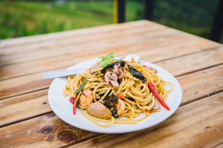 spagetti seafood spicy on wood table Stockfoto