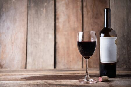 glass of wine on wood background Imagens