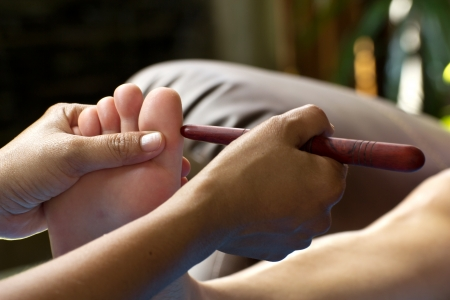 massage des pieds par le bâton de bois pour le nez
