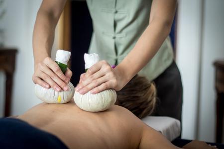 femme obtenir thai herbal massage compresse dans le spa Banque d'images