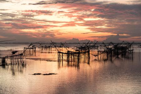 Asie Les pêcheurs le matin lumière dorée tôt à Klong Pak Para, une zone humide, Phatthalung, Thaïlande.