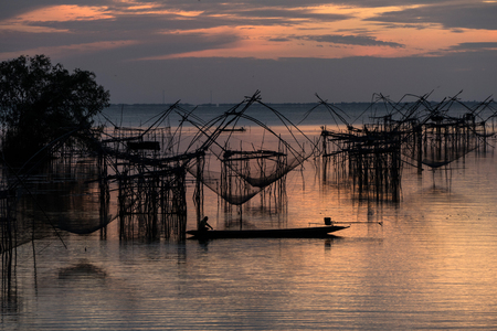 Asia Fishermen in the early morning golden light at Klong Pak Para, a wetland, Phatthalung, Thailand. Banque d'images