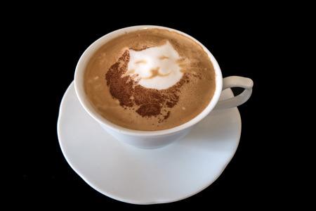 Un cappuccino avec un chat en latte art