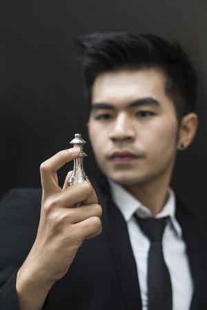 concept de jeune homme d'affaires regardant échecs sur sa main et la planification de plan d'affaires Banque d'images