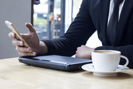 homme d'affaires en utilisant Internet sur téléphone intelligent