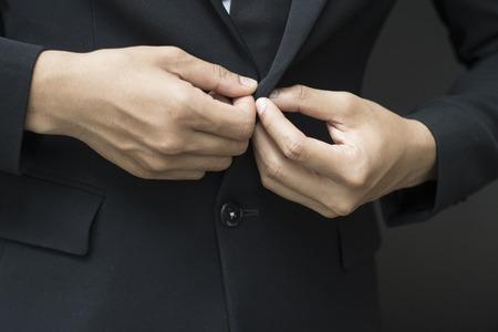 homme d'affaires boutonner ou déboutonner veste de costume cher