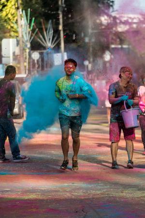 PHUKET, THAÏLANDE-11 DÉCEMBRE: Color Fun Run de Thanyapura 2017, à Phuket, en Thaïlande, le 11 décembre 2017. Des gens de tous les horizons participent à la Color Fun Run 2017 de Thanyapura.