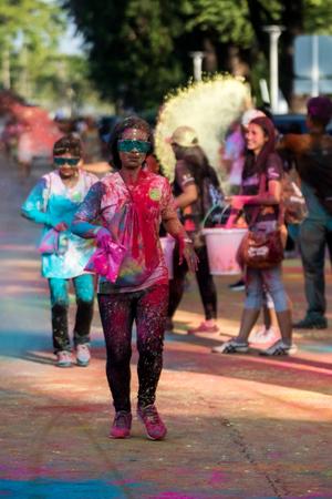 PHUKET, THAÏLANDE-11 DÉCEMBRE: Thanyapura s Color Fun Run 2017, à Phuket, en Thaïlande, le 11 décembre 2017. Des gens de tous les horizons participent au Color Fun Run 2017 de Thanyapura.