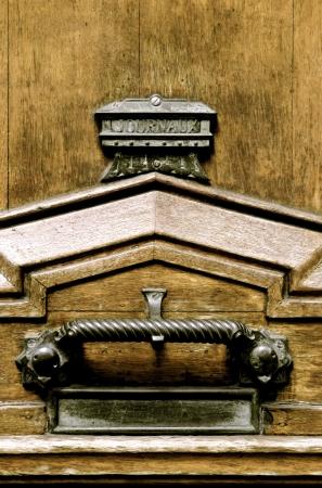 ferreteria: Antigua puerta de madera y ferreter�a