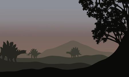 stegosaurus: Silueta de estegosaurio en campos con niebla Vectores