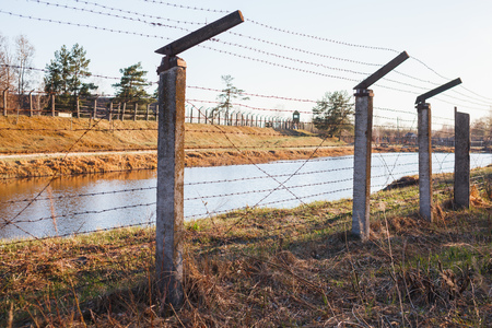 Dangerous area fenced with barbed wire fence. Banque d'images - 121043152