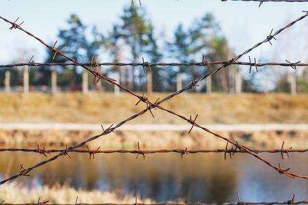 Dangerous area fenced with barbed wire fence. Banque d'images - 121043378