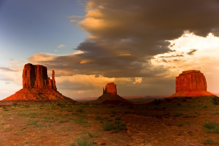 Massive sandstone pillars soar above iconic Monument Valley at sunset 版權商用圖片 - 15197431