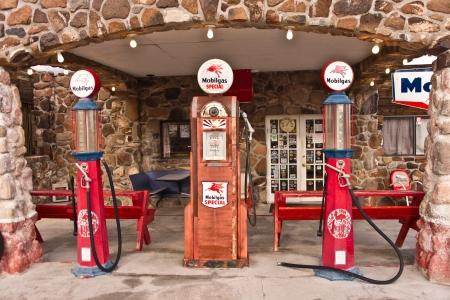 old service station: Cool Springs, AZ, Stati Uniti d'America - 30 dicembre 2012: Vecchie pompe di gas in tempo di fuori di una stazione di servizio sulla restaurato vecchia Route 66 in Arizona sono i ricordi dei primi giorni di viaggio automobilistica americana. Foto scattata 30 dicembre 2012.
