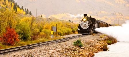 maquina vapor: Colorado - 30 de septiembre El Durango Silvertaon estrecho ferrocarril lenguaje lleva a los pasajeros a través de roca de alta montaña de las montañas en medio de los colores del otoño