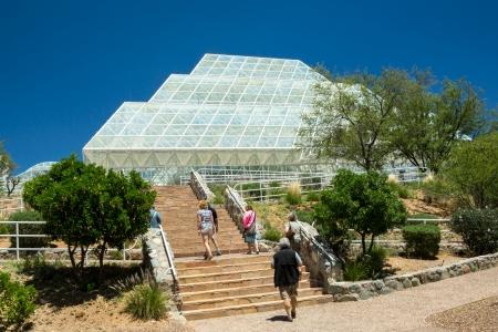 colonisation: Oracle, AZ, Stati Uniti d'America - 15 Maggio 2013 visitatori giro l'unico e controverso 2 impianto Biosfera utilizzato per studiare le prospettive di colonizzazione dello spazio
