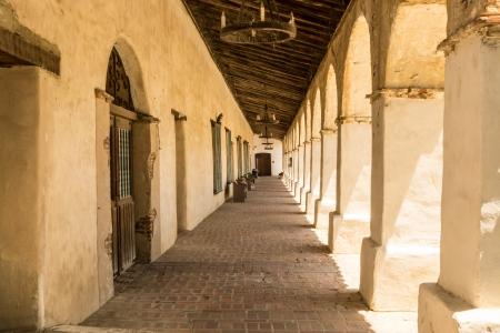 san miguel arcangel: Columnata sombreada en la histórica Misión de San Miguel Arcangel en California