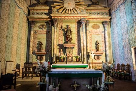 san miguel arcangel: El altar adornado restaurada del español colonial misión de San Miguel Arcángel en el centro de California