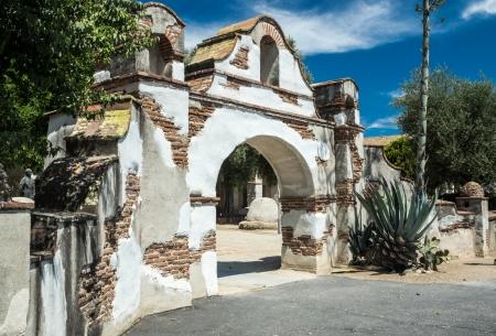san miguel arcangel: La puerta de entrada a la histórica Misión de San Miguel Arcángel en un hito histórico nacional en California