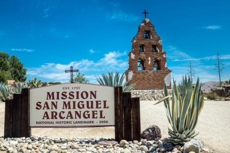 san miguel arcangel: El signo y el campanario en la Misión de San Miguel Arcángel de San Miguel, California a lo largo de la histórica Ruta de la misión Foto de archivo