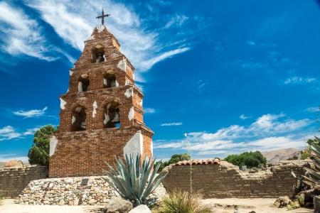 san miguel arcangel: Histórico campanario y adobe pared de la fortaleza en una misión colonial español en California