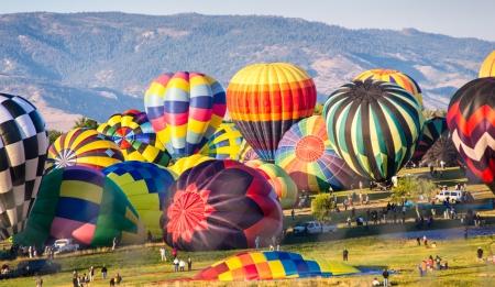 Hete lucht ballons worden opgeblazen als voorbereiding op een massabeklimming
