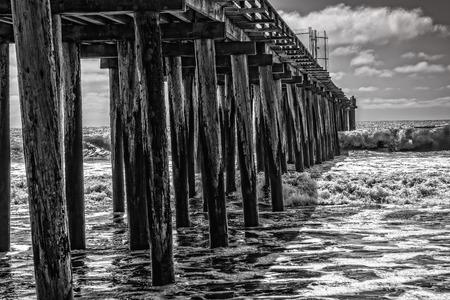 implacable: Vagues incessantes se abattent sur les Cayucos Pier endommag� � l'extr�mit� sud de la c�te de Big Sur.
