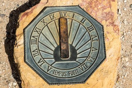 reloj de sol: Un viejo reloj de sol de moda en piedra