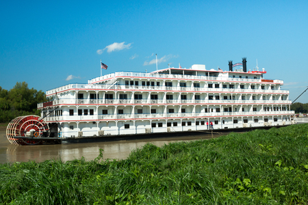 Vicksburg, TN, USA - October 28, 2015: The Queen of the Mississippi  stern-wheeler tour boat docks at Vicksburg, TN for passengers to visit the site of the famous Civil War siege. 新聞圖片