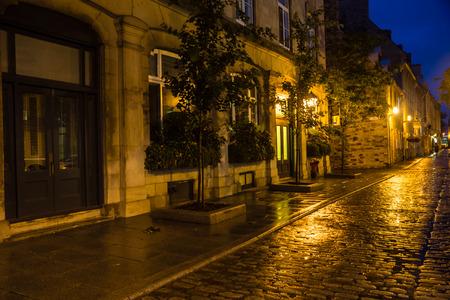 Cobblestone street in old Quebec on a rainy night. 版權商用圖片