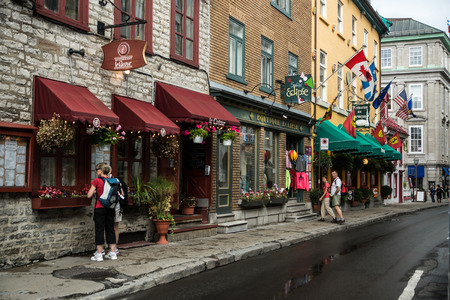 QUEBEC CITY, CANADA  SEPT. 10, 2015: A typical street scene in Old Quebec City where tourists enjoy old world European charm in North Americas oldest city. 新聞圖片