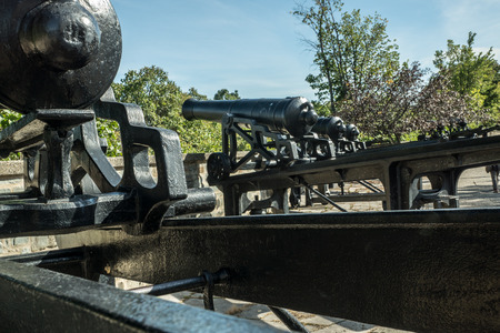 Historic cannons remain along the ramparts of Quebec Citys walled 新聞圖片