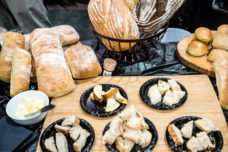 Artisan breads and rolls from a Tuscan bakery. 版權商用圖片 - 56240542
