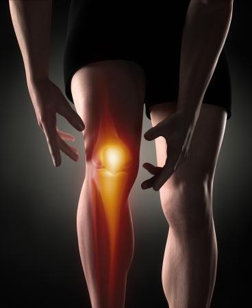 dolor rodillas: Man concepto de dolor en la rodilla Foto de archivo