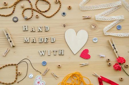 Elemente für das Handwerk und Dekorationsartikel für handgemachte wie Holzperlen, Herz, Knöpfe, dekorativen Bändern, geflochtene Armband, Seil, Clips, Herzen aus Holz, Wäscheklammern, Knöpfen und Faden. Wohnung Laien