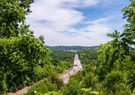 Pittsburgh, Pennsylvania, USA 6/8/2019 The Parkway East, state route 376 seen looking east from the Summerset neighborhood of the city 新聞圖片
