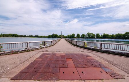 Pittsburgh, Pennsylvania, USA 06/09/2019 A walkway around the Highland Park Reservoir on a bright spring day 新聞圖片