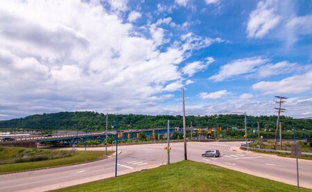 Rankin, Pennsylvania, USA 6/9/2019 The Rankin Bridge entrance from Rankin Boulevard under bright blue skies in late spring 新聞圖片