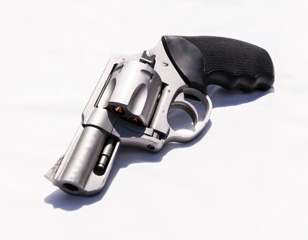 A stainless snub nosed 357 magnum revolver on a white background 版權商用圖片