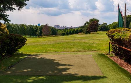 Pittsburgh, Pennsylvania, USA 6/21/20 The first tee box on the Bob O'Connor Golf Course in Schenley Park. A city maintained course named for a former mayor of the city. Downtown in the distance 新聞圖片