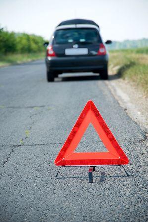 parked: Uitgesplitst auto met rode waarschuwingsdriehoek