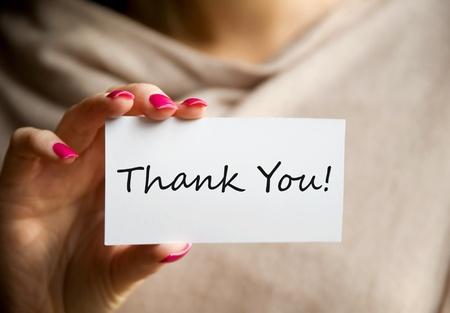 agradecimiento: Mujer sosteniendo un blanco Tarjeta para dar gracias