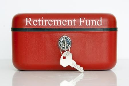 fondos negocios: Un cerrado metal rojo estaño metálico con un preaviso de Fondo de Retiro sobre un fondo blanco Foto de archivo