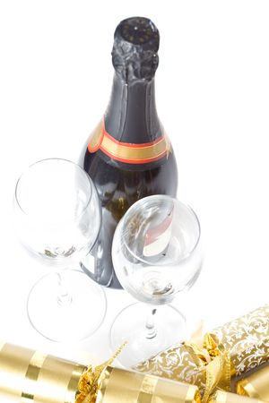 A champagne bottle and two glasses, with gold christmas crackers, isolated on white 版權商用圖片