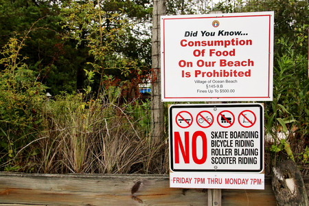 brusch: A sign in Ocean Beach Fire Island, NY that sais, no eating, skating, biking, roller blading and scooter riding, Stock Photo