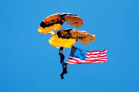 航空ショー: アメリカ軍空挺部隊空気の練習にアメリカの国旗を carying ながら空から落ちて表示、金曜日 2017 年 5 月 26 日ジョーンズビーチ、ニューヨーク州ロン 報道画像