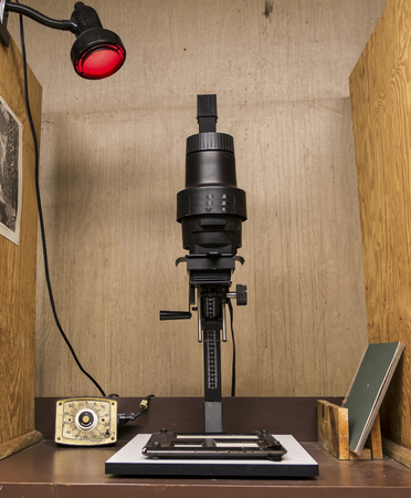 A enlarger in a darkroom set up to print black and white photos. Stok Fotoğraf