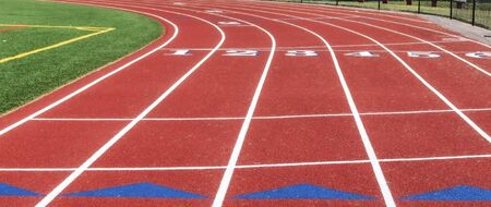 A red track with blue triangles exchnge zones behind the common start-finish line.